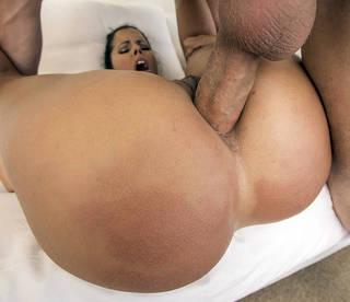 Dick duro penetra el agujero anal apretado.